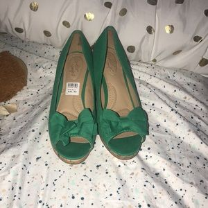 Green bow tie wedges